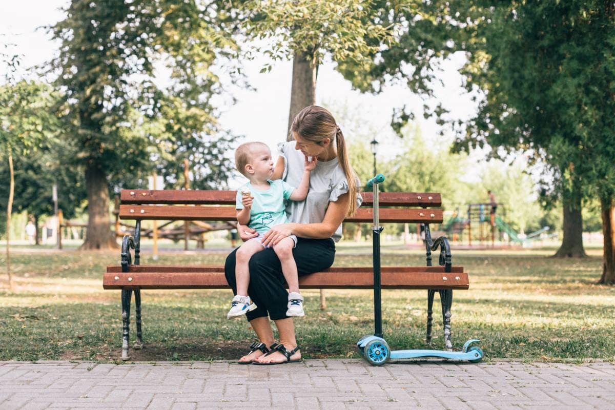 garde d'enfants à domicile-enfant sur un banc